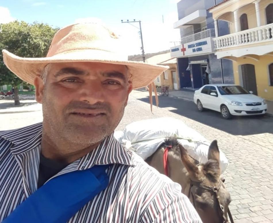 Homem viaja montado em uma burra de Central a Bom Jesus da Lapa para pagar promessa